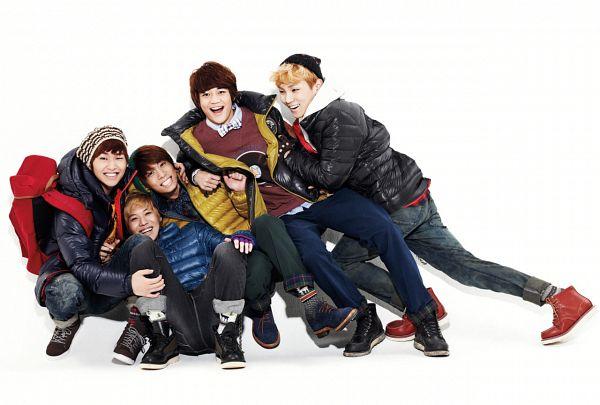 Tags: K-Pop, SHINee, Onew, Choi Minho, Taemin, Key (Shinee), Kim Jonghyun, Light Background, Backpack, Full Group, White Background, Sneakers