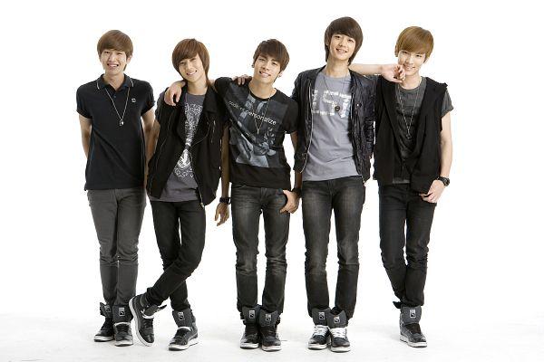 Tags: K-Pop, SHINee, Choi Minho, Key (Shinee), Taemin, Kim Jonghyun, Onew, Hand In Pocket, Arms Behind Back, Jeans, Quintet, Silver Footwear