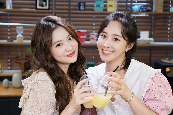 Tags: K-Pop, Red Velvet, Girls' Generation, Kwon Yuri, Yeri, Duo, Ring, Drinks, Pink Shirt, Floral Shirt, Bracelet, Floral Print