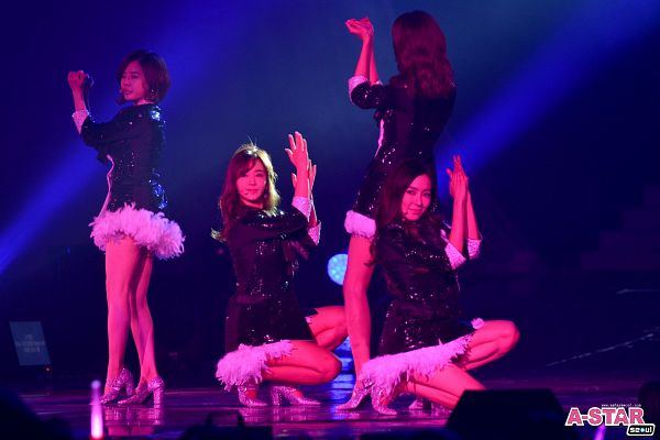 Tags: K-Pop, Girls' Generation, Sunny, Im Yoona, Kwon Yuri, Stephanie Young Hwang, Looking Ahead, Four Girls, Matching Outfit, Kneeling, Silver Footwear, High Heels