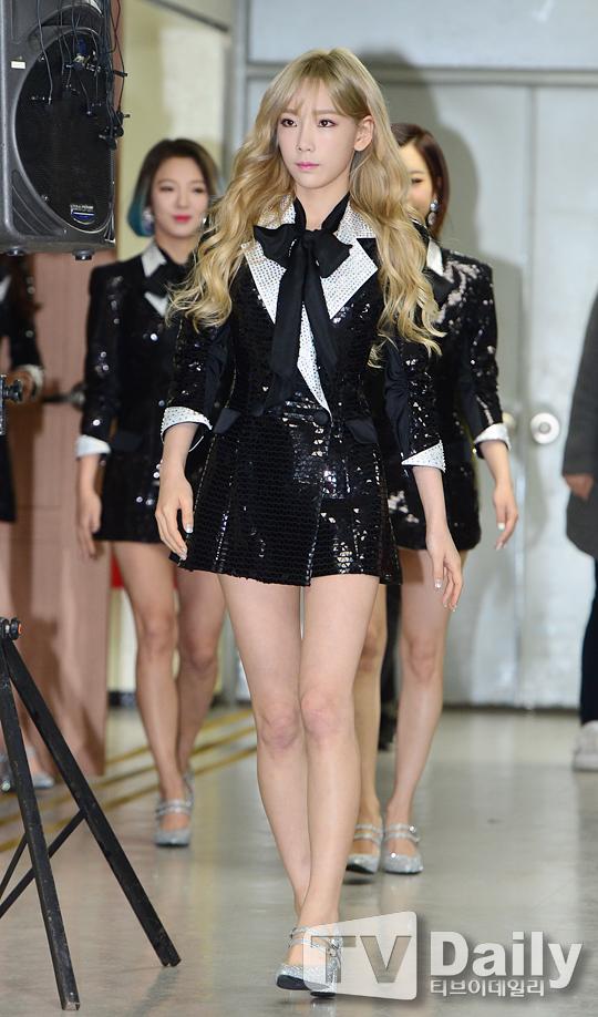 Tags: K-Pop, Girls' Generation, Kim Tae-yeon, Kim Hyo-yeon, Silver Footwear, Walking, High Heels, Black Outerwear, Black Jacket, Black Neckwear, Matching Outfit, Looking Ahead