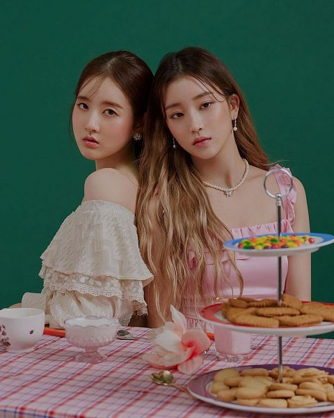 Tags: K-Pop, STAYC, Park Sieun, Bae Sumin, Cookies, Sweets, Green Background, Duo
