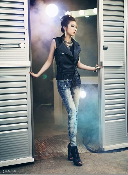 Tags: K-Pop, 2NE1, Sandara Park, Black Footwear, Bracelet, Looking Away, Sleeveless Shirt, Shoes, Black Shirt, Boots, Medium Hair, Bare Shoulders