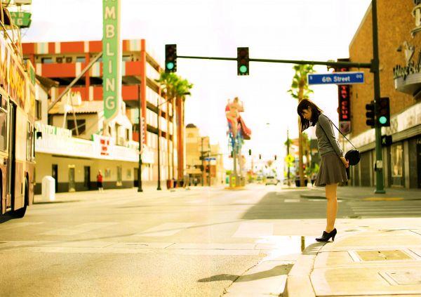 Tags: J-Pop, AKB48, Sashihara Rino, Gray Shirt, High Heels, Gray Skirt, Bag, Traffic Light, Skirt, Bare Legs, Black Footwear, Road