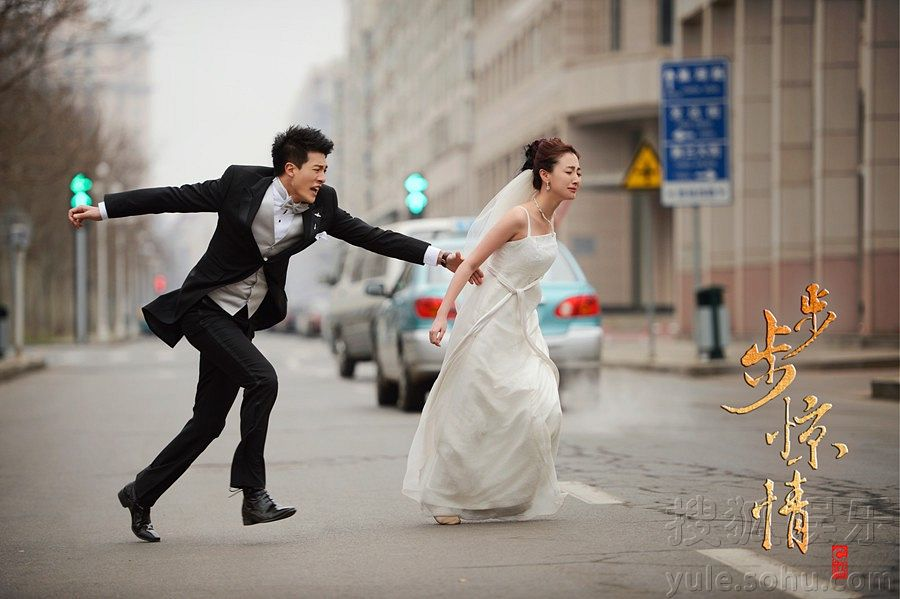 Tags: C-Drama, Sun Yizhou, Ye Qing, Single Bun, Hair Up, Veil, Bow Tie, White Outfit, White Dress, Chinese Text, Traffic Light, Road