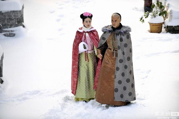 Tags: C-Drama, Kevin Cheng, Liu Shishi, Partially Bald, Holding Hands, Fur, Cape, Chinese Clothes, Walking, Fur Trim, Duo, Snow