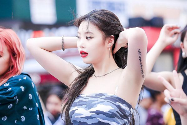 Tags: K-Pop, (G)-I-DLE, Seo Soojin, Hand In Hair, Tattoo, Looking Away, Red Lips, Necklace, Bracelet, Camouflage Print, Armpit, Bare Shoulders