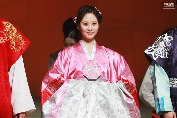 Tags: K-Pop, Girls' Generation, Seohyun, Pink Outfit, Hair Up, Hair Ornament, Traditional Clothes, Pink Dress, Brown Background, Hanbok, Jjoggomi, Wallpaper
