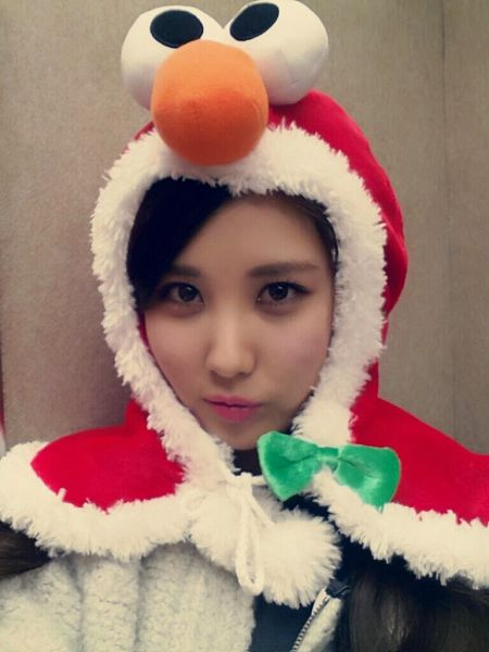 Tags: SM Town, K-Pop, Girls' Generation, Seohyun, Christmas, Gray Background, Bow, Red Outerwear, White Outerwear, White Jacket, Christmas Outfit, Green Bow