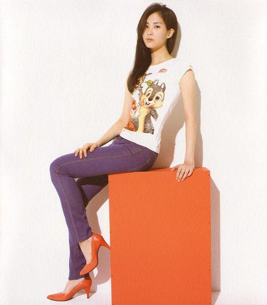 Tags: SM Town, K-Pop, Girls' Generation, Gee, Seohyun, Jeans, Light Background, High Heels, Box, White Background, Sleeveless Shirt, Red Footwear