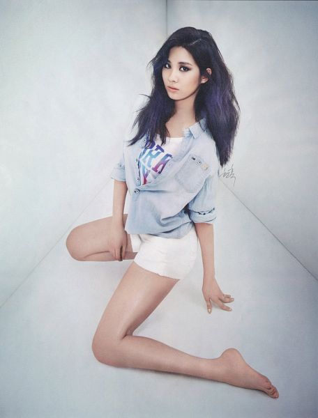 Tags: SM Town, K-Pop, Girls' Generation, Seohyun, Kneeling, Shorts, Bare Legs, Sexy Pose, Suggestive, White Shorts, Barefoot, Hand On Leg