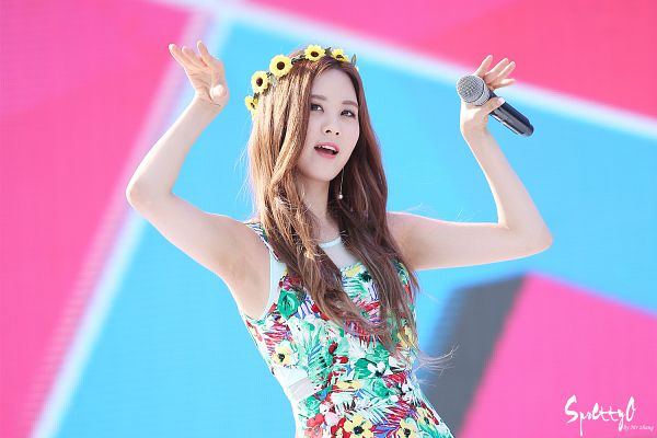 Tags: K-Pop, TaeTiSeo, Girls' Generation, Twinkle, Seohyun, Green Outfit, Yellow Headwear, Floral Print, Armpit, Sleeveless Dress, Looking Up, Floral Dress