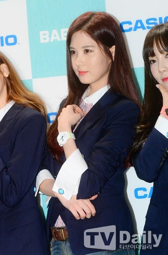 Tags: Girls' Generation, Seohyun, Vest, Watch, Black Jacket, Jeans, Casio