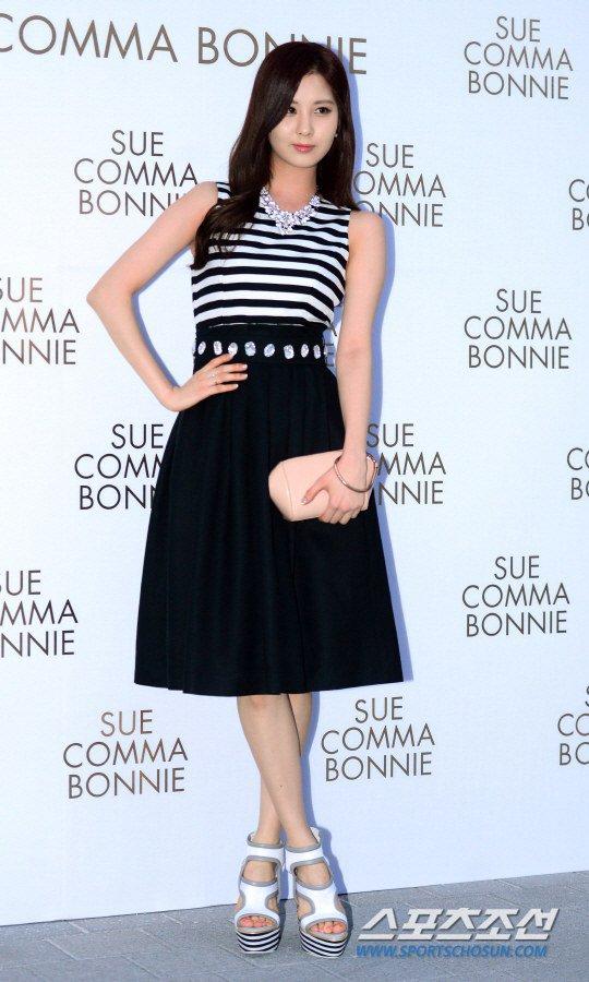 Tags: Girls' Generation, Seohyun, Striped Shirt, Skirt, Black Skirt, Hand On Hip, White Footwear, High Heels, Suecomma Bonnie