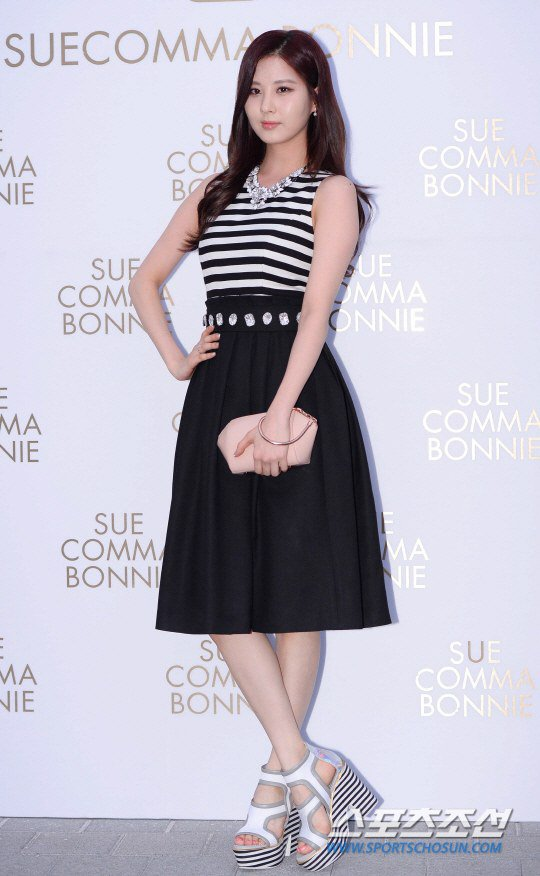 Tags: Girls' Generation, Seohyun, Hand On Hip, White Footwear, High Heels, Striped Shirt, Skirt, Black Skirt, Suecomma Bonnie