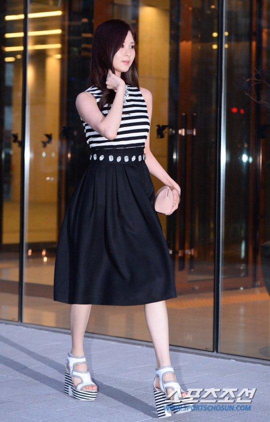 Tags: Girls' Generation, Seohyun, Walking, High Heels, Black Skirt, Skirt, Hand In Hair, White Footwear, Side View, Striped Shirt, Suecomma Bonnie