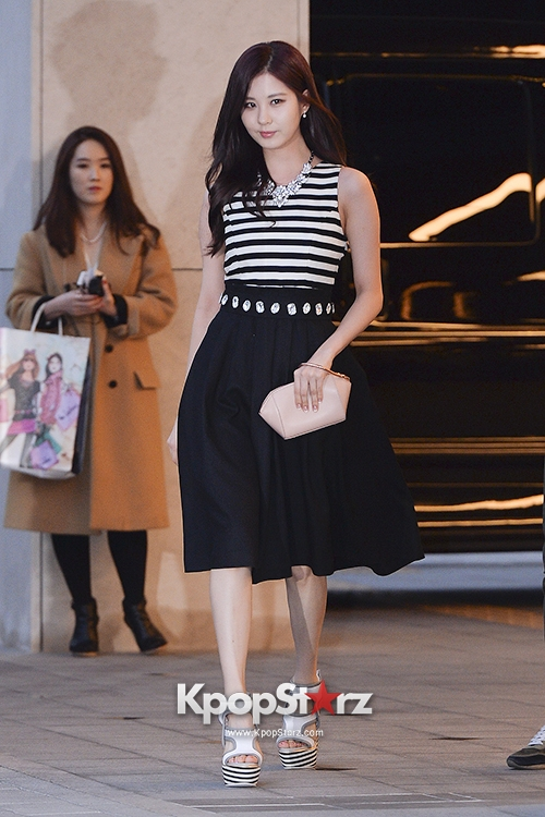 Tags: Girls' Generation, Seohyun, Walking, Black Skirt, White Footwear, High Heels, Striped Shirt, Skirt, Suecomma Bonnie