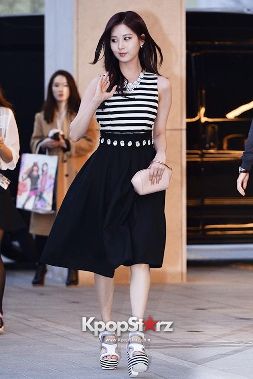 Tags: SM Town, K-Pop, Girls' Generation, Seohyun, Black Skirt, Skirt, Looking Away, White Footwear, Wave, Striped Shirt, High Heels, Suecomma Bonnie