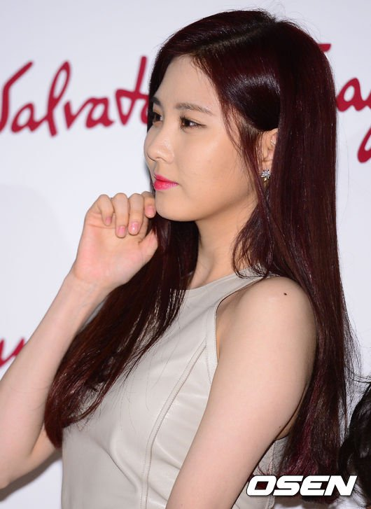 Tags: Girls' Generation, Seohyun, Looking Away, Brown Outfit, Brown Dress, Chin In Hand, Side View, Salvatore Ferragamo, L'Icona