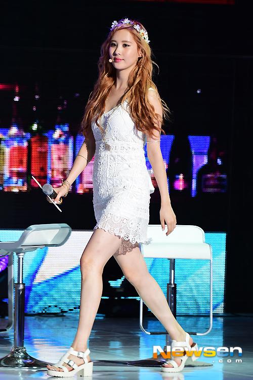 Tags: K-Pop, Girls' Generation, Seohyun, White Outfit, Hair Flower, Walking, High Heels, White Footwear, Full Body, Flower, Looking Ahead, White Dress