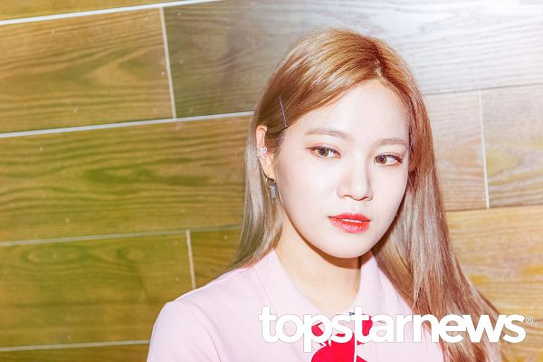 Tags: K-Pop, Berry Good, Seoyul, Couch, Ribbon, Short Sleeves, Pink Shirt, Sitting On Couch, Looking Away, Red Neckwear, Wallpaper, Topstarnews