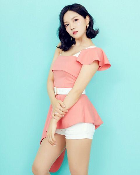 Tags: K-Pop, Berry Good, Seoyul, Medium Hair, Black Eyes, Wavy Hair, Serious, Blue Background, Belt, Pink Outfit, Pink Dress, Ring