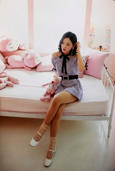 Tags: K-Pop, Berry Good, Seoyul, Spotted, Belt, Bow, Spotted Dress, Black Bow, Black Eyes, On Bed, Crossed Legs, Bare Shoulders