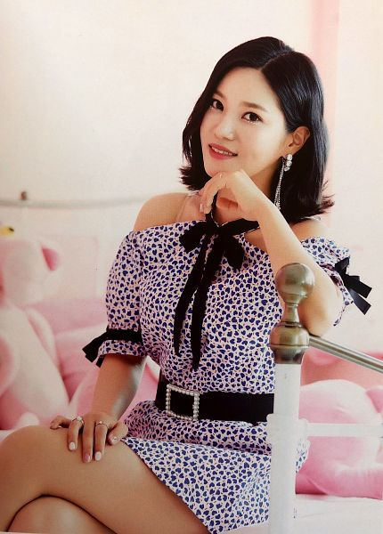Tags: K-Pop, Berry Good, Seoyul, Spotted Dress, Medium Hair, Bed, On Bed, Belt, Bent Knees, Bare Shoulders, Ring, Bow