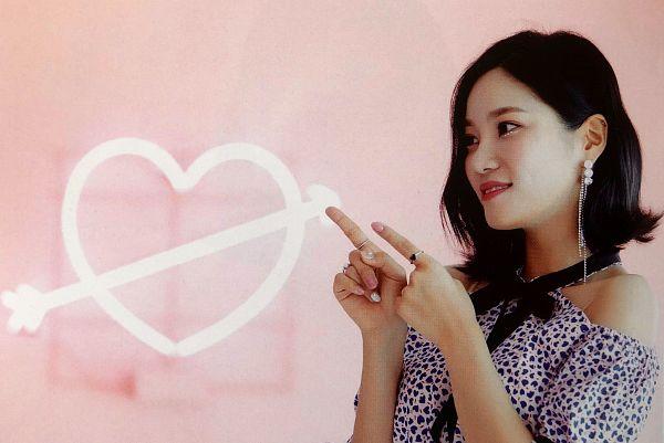 Tags: K-Pop, Berry Good, Seoyul, Grin, Medium Hair, Bare Shoulders, Black Eyes, Pink Background, Red Lips, Fantastic, Scan