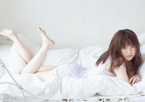 Tags: AKB48, Shimazaki Haruka, Laying On Stomach, Feet, Barefoot, On Bed, Laying Down, Bed, White Outfit