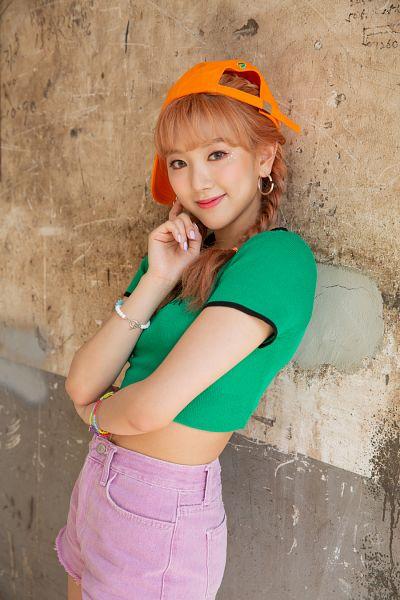 Tags: K-Pop, Maka Maka, Shin Eunbi, Bracelet, Green Shirt, Leaning On Wall, Wall, Short Sleeves, Shorts, Orange Headwear, Red Hair, Pink Shorts
