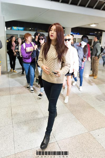 Tags: K-Pop, AOA (Ace Of Angels), Shin Hyejeong, Walking, Full Body, Black Footwear, Looking Away, Sweater, Jeans, Android/iPhone Wallpaper