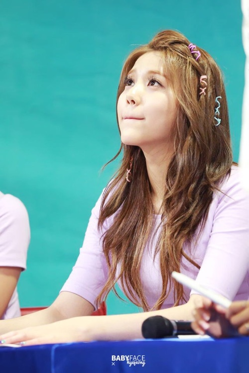 Tags: K-Pop, AOA (Ace Of Angels), AOA Cream, Shin Hyejeong, Microphone, Looking Ahead, Looking Up, Pink Shirt, Fansigning Event
