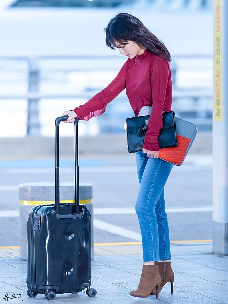 Tags: K-Pop, AOA (Ace Of Angels), Shin Jimin, Boots, Bag, Eyes Closed, Brown Footwear, Korean Text, Suitcase, Red Shirt, Jeans, Outdoors