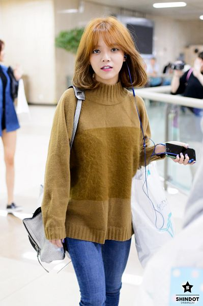Tags: K-Pop, AOA (Ace Of Angels), Shin Jimin, Make Up, Phone, Brown Shirt, Airport, Sweater, Medium Hair, Smartphone, Nail Polish, Earbuds