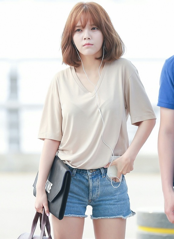 Tags: K-Pop, AOA (Ace Of Angels), Shin Jimin, Purse, Shorts, Denim Shorts, Brown Shirt, Jeans, Phone, Headphones, Short Hair, Blue Shorts