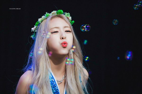 Tags: K-Pop, Itzy, Shin Yuna, Dark Background, Bare Shoulders, Necklace, Flower Crown, Tank Top, Kiss, Flower, Red Lips, Chains
