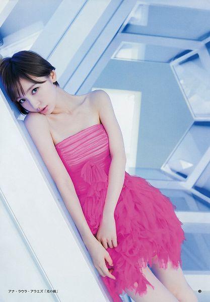 Tags: J-Pop, AKB48, Shinoda Mariko, Bare Legs, White Background, Collarbone, Sleeveless Dress, Leaning On Wall, Wall, Pink Outfit, Sleeveless, Pink Dress