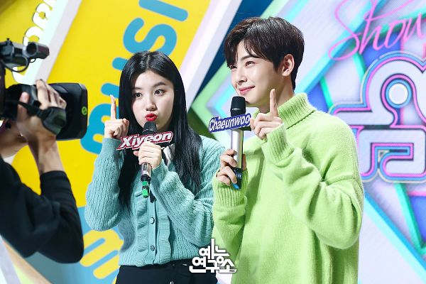 Tags: Television Show, K-Pop, Astro, Pristin, Cha Eunwoo, Xiyeon, English Text, Blue Jacket, Collar (Clothes), Pouting, Pointing, Sweater