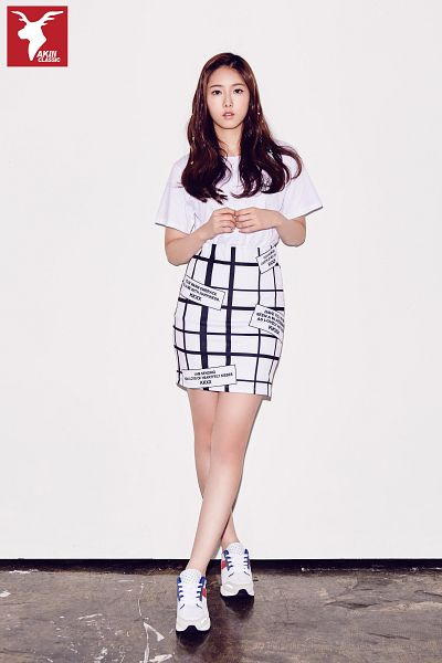 Tags: K-Pop, G-friend, SinB, Short Sleeves, Skirt, Sneakers, Serious, Full Body, Gray Background, Shoes, Crossed Legs (Standing), Android/iPhone Wallpaper