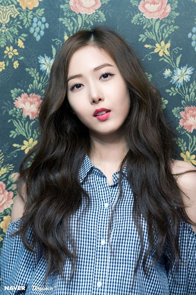 Tags: K-Pop, G-friend, SinB, Head Tilt, Black Eyes, Floral Print, Blue Shirt, Bare Shoulders, Parallel, Dispatch