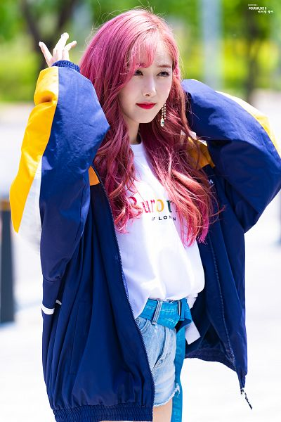 Tags: K-Pop, G-friend, SinB, Belt, Bare Legs, Jeans, Looking Ahead, Pink Hair, Facial Mark, Mole, Black Jacket, Denim Shorts