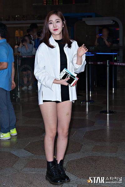 Tags: K-Pop, G-friend, SinB, Black Shirt, Full Body, Black Footwear