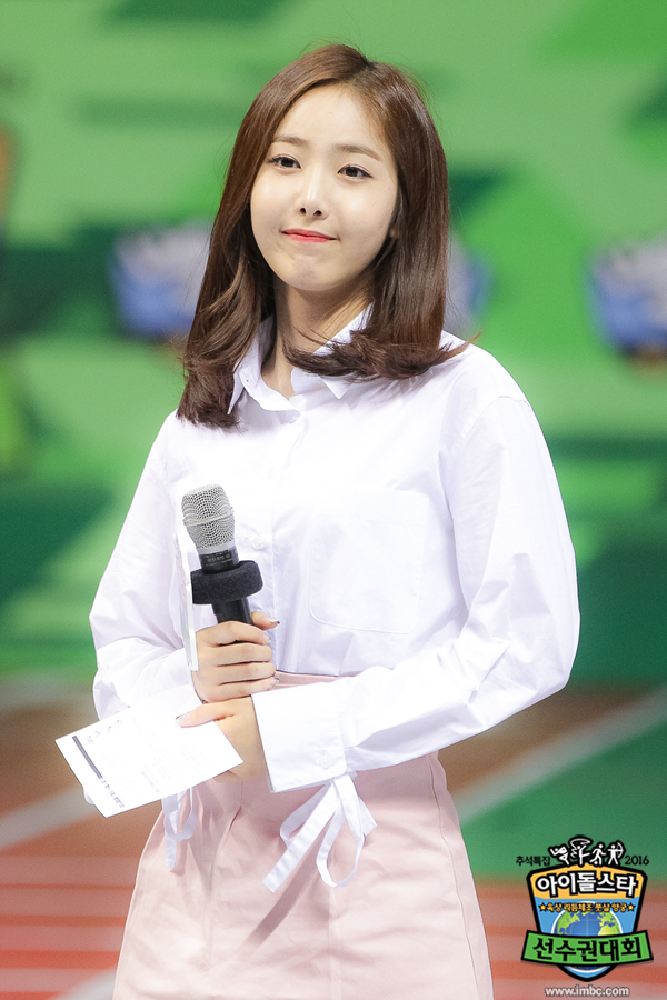 Tags: K-Pop, G-friend, SinB, Microphone, Skirt, Pink Skirt