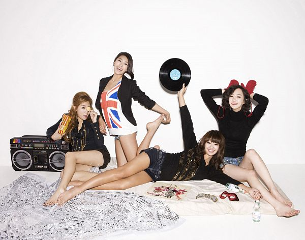 Tags: K-Pop, Sistar, Bora, Hyorin, Soyou, Dasom Kim, Denim Shorts, Full Body, Laying On Side, Radio, Shorts, Black Jacket
