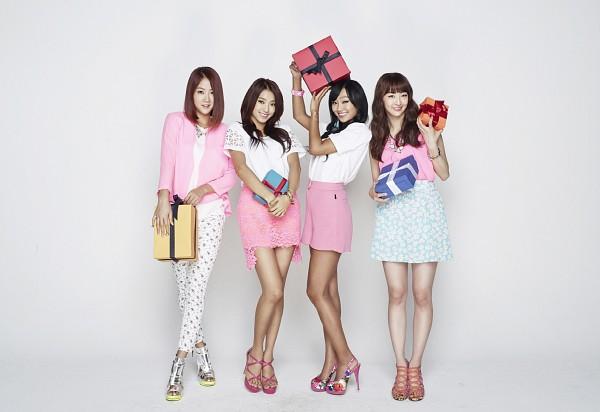 Tags: Starship Entertainment, K-Pop, Sistar, Hyorin, Soyou, Dasom Kim, Bora, Skirt, Light Background, White Pants, Crossed Legs (Standing), Pink Footwear