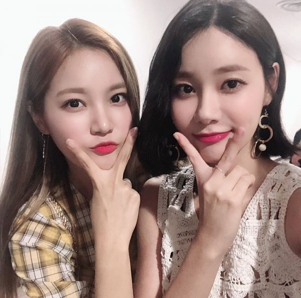Tags: K-Pop, AOA (Ace Of Angels), Berry Good, Seoyul, Seo Yuna, Family, Sleeveless, Checkered, Sisters, V Gesture, Two Girls, Black Eyes