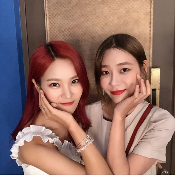 Tags: K-Pop, Berry Good, AOA (Ace Of Angels), Seoyul, Seo Yuna, Hand On Cheek, Sisters, Ring, Red Hair, Black Eyes, Siblings, Bracelet