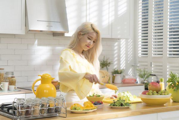 Tags: K-Pop, Mamamoo, Solar, Kitchen, Yellow Shirt, Vegetables, Cooking, Window, Salad, Mango, Blueberry, Raspberry