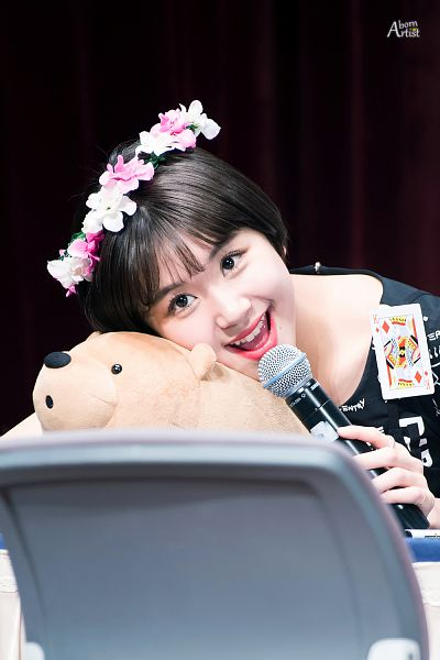 Tags: JYP Entertainment, K-Pop, Twice, Son Chaeyoung, Crown, Stuffed Toy, Toy, Flower, Flower Crown, Hair Ornament, Bend Over, Fansigning Event